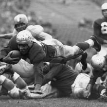Fullback Joe Perry dives for a touchdown during a 17-21 loss to the New York Yanks at Kezar Stadium