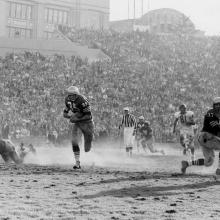 Halfback Hugh McElhenny charges though an open hole during a 14-27 loss to the Chicago Bears at Kezar Stadium